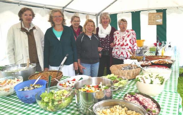 Dank fleißiger Helferinnen und Helfer wurden die Gäste mit köstlichen Bio-Salaten …
