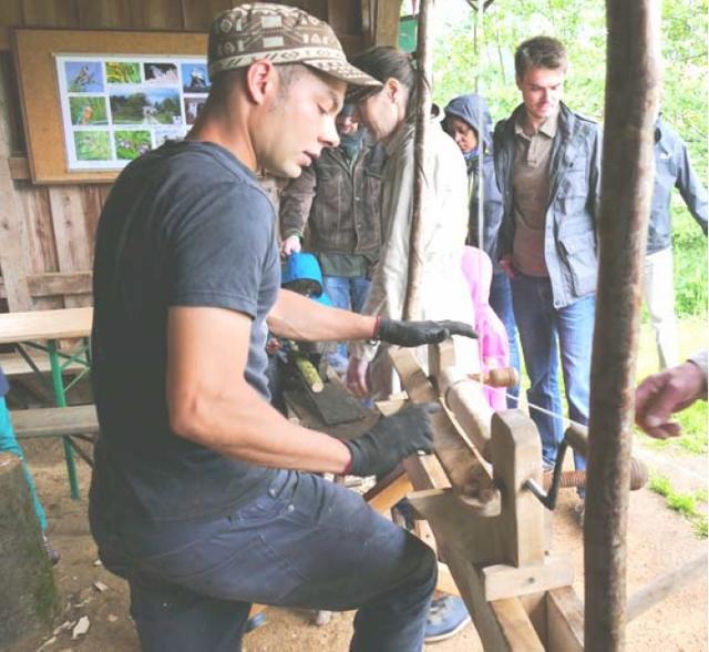 Die Kleinsten bearbeiteten Holz an der Wipp-Drechselbank …