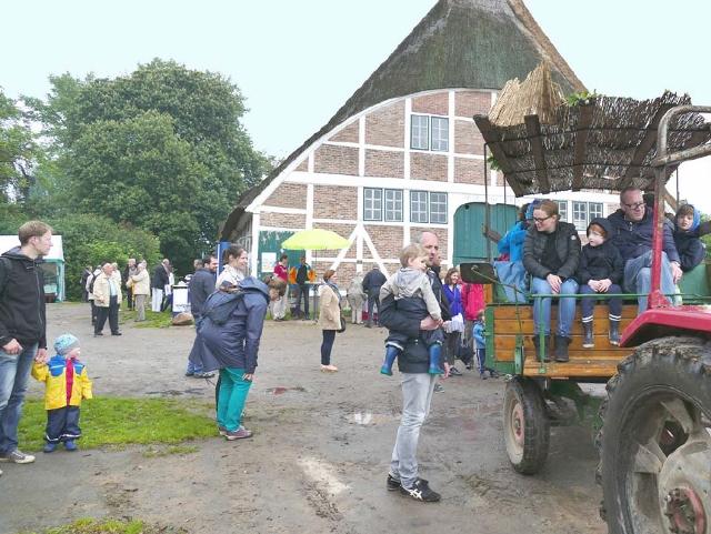 … oder nahmen an abenteuerlichen Rundfahrten mit dem Oldtimer-Traktor teil.