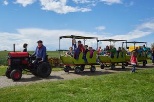 Mit der Bimmelbahn erkundeten die Gäste das Gelände des Demonstrationsbetriebes.