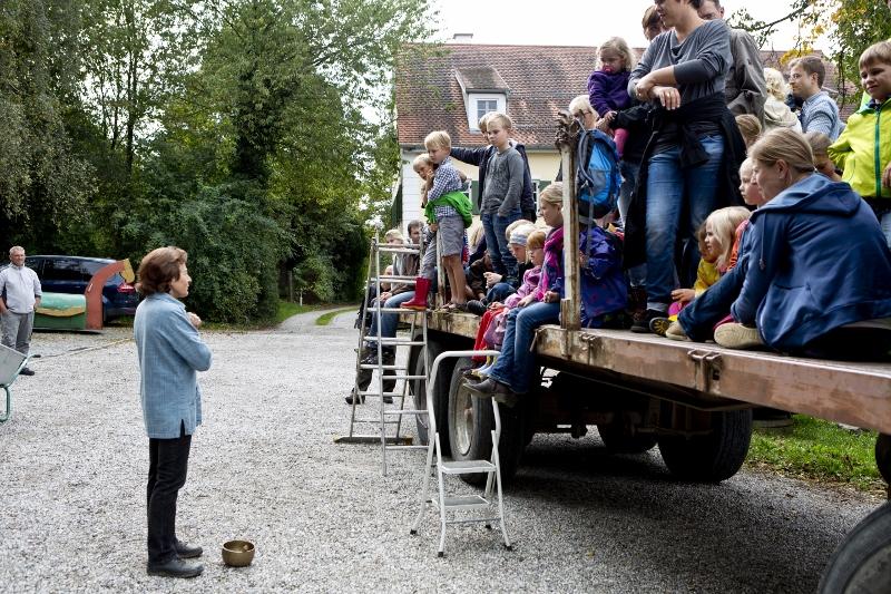 Betriebsleiterin Theresie Kreppold begrüßt alle Besucherinnen und Besucher des Erntefestes.