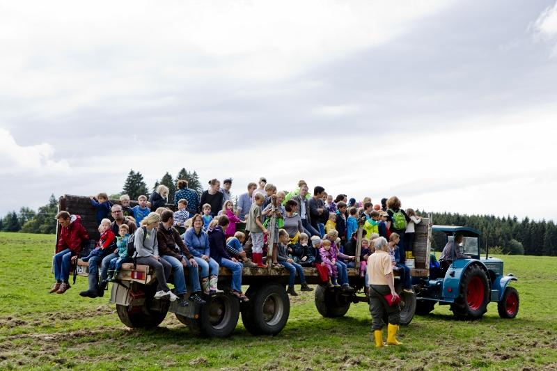 Ausgerüstet mit Stiefel und Eimer wurden die fleißigen Helfer mit dem alten Hanomag auf den Acker gefahren.