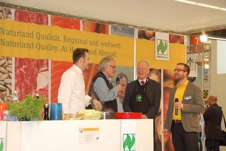 Die regionalen Gerichte schmecken auch Sachsen-Anhalts Landwirtschaftsminister Hermann Onko Aeikens, der mit Peter Warlich vom Rindergut Apenburg auf der Bühne stand. (Foto: Naturland)